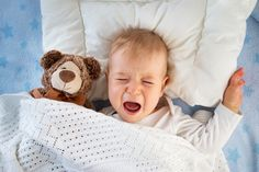 Deixar o bebê chorar pode melhorar o sono dele e dos pais, diz pesquisa