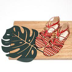 Ela fez releituras dos seus sapatos mais vendidos em azul, preto, vermelho, bege e metalizados.