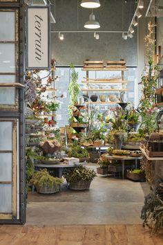 floral shop Shoppers Diary: Terrain in Palo Alto, California: Gardenista Flower Shop Design, Shop Front Design, Flower Shop Decor, Café Design, Store Design, Garden Cafe, Garden Shop, Flower Shop Interiors, Foot Shop