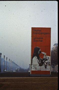 Foto: Hohe Leistungen unsere Sache, Karl-Marx-Allee, Ost Berlin, DDR (1982) via Fizzy von LimitedExpress on Flickr