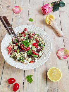 Этот салат — отличный вариант для обеда в жаркий летний день, когда не хочется ничего горячего, но в то же время нужно подкрепиться чем-то большим, чем просто овощи. Киноа отлично насыщает и вкусно со