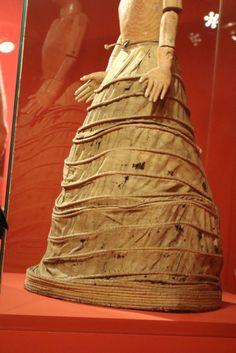 16th C Spainsh Farthingale. Museo Ethnografico de Castilla y Leon. Zamora Imagen vestidera con verdugado Siglo XVI-siglo XVII Madera, pigmentos, pasta vitrea, esparto, metal