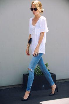 Outfit : white tee, skinny jeans, black pointed-toe pumps, and a crossbody bag via @sarahsarna.
