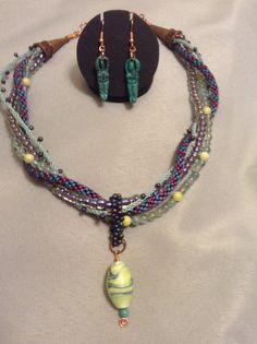 He encontrado este interesante anuncio de Etsy en https://www.etsy.com/es/listing/201260615/kumihimo-necklace-with-turquoise-goddess