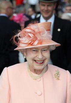 Queen Elizabeth II Photo - Queen yygyElizabeth II Hosts A Garden Party At Buckingham Palace May 2012 Buckingham Palace Garden Party, God Save The Queen, Cream Hats, Die Queen, Queen Hat, Katie Couric, Isabel Ii, Chiffon Ruffle, Ruffle Dress