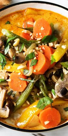 Step by Step Rezept: Curry mit Ofengemüse, Erdnüssen und gebackenem Naan-Brot. Vegetarisch / Veggie / Schnell / 30 Minuten / Curry / Gesund / Asiatisch / Kochen / Laktosefrei #hellofreshde #gesund #curry #thai #diy #rezept #kochen #laktosefrei