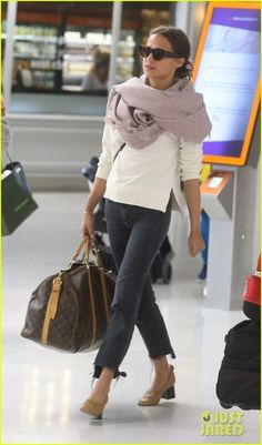 Michael Fassbender & Alicia Vikander Spotted at Airport Ahead of Possible Wedding!: Photo Michael Fassbender is all smiles as he and Alicia Vikander make their way through the Charles de Gaulle Airport on Tuesday afternoon (October in Roissy, France. Mode Outfits, Edgy Outfits, Fashion Outfits, Looks Street Style, Looks Style, T Shirt And Jeans, Jean Shirts, Hem Jeans, Look Camisa Jeans