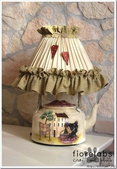 Look at this magnificent photo - what a creative design Home Crafts, Diy Home Decor, Diy And Crafts, Country Crafts, Country Decor, Teapot Lamp, Bedside Lamps Shades, Country Paintings, Diy Décoration