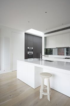 We're loving the clean white stone on wooden floors - stunning! Caesarstone Snow Kitchen by MIM Design Kitchen Interior, Kitchen Inspirations, Grey Gloss Kitchen, Skylight Kitchen, Kitchen Benchtops, Caesarstone Kitchen, Kitchens Bathrooms, Stone Kitchen, Minimalist Kitchen