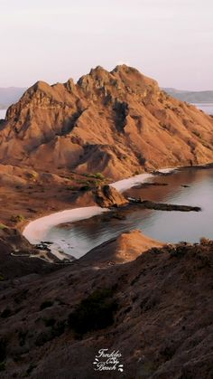 Watch the sunrise on the viewpoint on Padar island in the Komodo national park is one of the most beautiful places and things to do in Indonesia. See the photography of this dream destination  and fulfil your indonesia wanderlust.  (Indonesia Travel & vacation Tip!)   #komodo #indonesia #padarisland #komodoisland #indonesiadestinations #asiatip