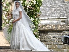 Pippa Middleton na porta da igreja a bordo de vestido Giles Deacon e headpiece Stephen Jones (Foto: Getty Images)