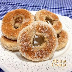 Esta receta de rosquillas de plátano al horno es fácil y rápida. Las rosquillas son ligeras y jugosas, sin frituras ni apenas grasas, y están buenísimas!!