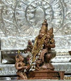 Perumal and Thayar with Hanuman at their feet Lord Rama Images, Sita Ram, Sri Rama, Shiva Lord Wallpapers, Jai Hanuman, Puja Room, Lord Vishnu, Hindus, Radhe Krishna