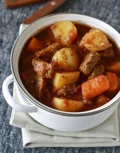 i love crock pot recipes! Guinness Irish Beef Stew (crock pot or stove top) So easy, perfect for cold winter nights and St. Slow Cooker Recipes, Crockpot Recipes, Soup Recipes, Cooking Recipes, Cooking Tips, Irish Beef Stew Recipe, Irish Stew, Irish Recipes, Beef Dishes