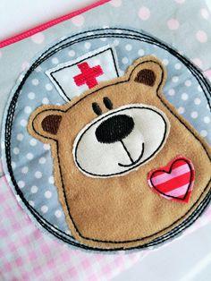 """**♥ *Schwester BärBel* für den 10x10 Rahmen ♥**  **>> SOFORTDOWNLOAD <<**  _**Schwester """"BärBel"""" tröstet kleine Patienten als Doodle-Stickdatei. Perfekt um Stoffreste aufzubrauchen.**_  Es..."""