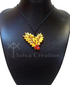 Houx, pendentif feuilles de houx, baies de houx. Fait main en argile. Satya Creation sur Etsy.