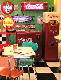 Home decor retro Vintage Diner, Retro Diner, 50s Diner Kitchen, Diner Aesthetic, Aesthetic Vintage, Casa Retro, Retro Home, American Retro, 1990 Style