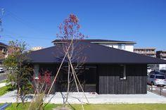 低く構えた軒の深い方形屋根。夏の陽射しは遮り、冬の陽射しは奥深く受け入れる。この写真「凛とした平屋」はfeve casa の参加建築家「小林良孝/小林良孝建築事務所」が設計した「竹の山の家」写真です。「外観が見たい 」カテゴリーに投稿されています。