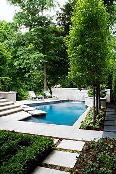 Heerlijk loungen bij het zwembad. Er is een erg mooi design gebruikt in deze tuin. De grote tegels zijn erg mooi en er is gebruik gemaakt van veel groen. Erg leuk om te zien en heel inspirerend.