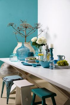 bloemen op tafel - interieur - eetkamer - krukjes - turquoise - table decoration - color - interior