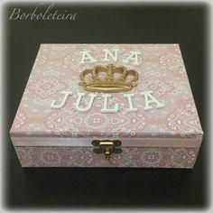 Porta joias flocado. Estampa rosa claro com coroa e nome.
