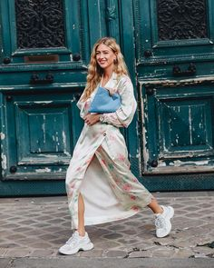 Love this pretty floral maxi dress paired with chunky white sneakers for a cool summer street style outfit idea Girl Fashion, Fashion Outfits, Fashion Tips, Fashion Trends, Fashion Weeks, London Fashion, Style Fashion, Sneaker Trend, Classic Style