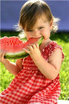 En France, 14,3 % des enfants sont en surpoids et 3,5 % sont obèses. Ces chiffres ont considérablement augmenté. Plusieurs facteurs sont responsables de la prise de poids chez l'enfant : statut nutritionnel de la mère durant la grossesse, facteurs génétiques, facteurs environnementaux, comportementaux… On sait aujourd'hui que les enfants obèses ou en surpoids ont des risques de le rester à l'âge adulte. Mais il ne faut pas voir cela comme une fatalité,