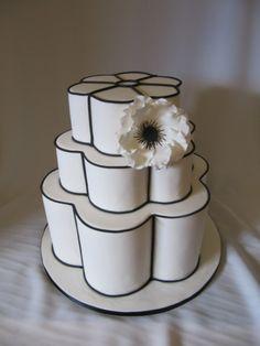 Bolo branco e preto em formato de flor e linhas bem marcadas