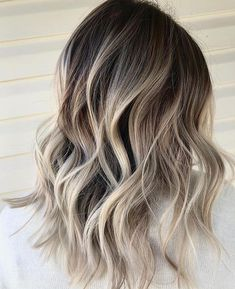 Explore this link to see fantastic styles of long layered hair styles with blond. - - Explore this link to see fantastic styles of long layered hair styles with blonde color and dark roots. Dark Roots Blonde Hair Balayage, Blonde Hair With Roots, Hair Color Balayage, Blonde Color, Hair Colour, Ash Blonde Balayage Short, Dark Roots Hair, Ashy Balayage, Ashy Hair