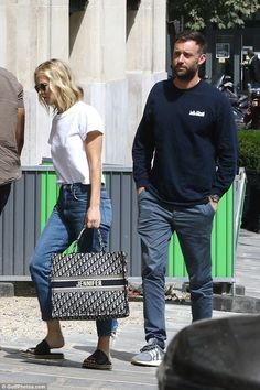 Stepping out: Jennifer was pictured after her long-haul flight in a pair of slid… – travel outfit plane long flights Jennifer Lawrence, Summer Wear, Summer Outfits, Christian Dior Bags, Star Wars, Cloth Bags, Fashion Outfits, Gucci Fashion, Style Fashion