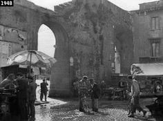 """""""Ladri di Biciclette"""" (1948), regia di Vittorio De SIca. Dopo il furto della bici, Antonio e suo figlio Bruno vanno a caccia del ladro. Lo trovano in Piazza di Porta Portese, mentre  parla con un mendicante.  (Fonte: http://www.davinotti.com/)"""