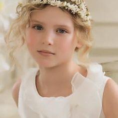 peinado con corona de flores para niña - Buscar con Google