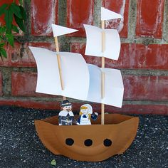 Create a fun mini pirate ship using paper plates, wooden dowels, paper and a few other materials. You can also tweak a few things and make the Mayflower ship, an English ship that brought the first pilgrims to America. Fun Crafts For Kids, Preschool Crafts, Art For Kids, Activities For Kids, Church Activities, Kids Fun, Pirate Ship Craft, Pirate Crafts, Pirate Ships