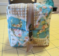 Sweet Bee Buzzings: Square Pouch Tutorial  Good pics