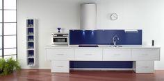 Minimalistisen keittiön valinnat Myös keittiön suunnittelussa kaikki on mahdollista. Joskus kannattaa tehdä rohkeitakin valintoja ja toteuttaa keittiö omalla tyylillä. Kuvan keittiössä laatikostojen etulevyt on maalattu valkoisiksi. Sama kaunis sininen sävy toistuu sekä keittiön välitilassa että avohyllyn taustassa.