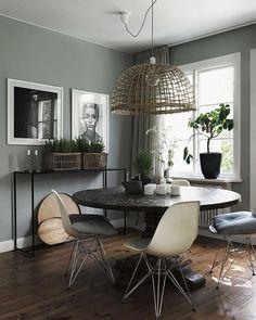 Belysning är lätt att glömma – men att tillföra ljuskällor i hemmet kan göra hela skillnaden för känslan i rummet.  Därför har vi på elledecoration.se (länk i profil) samlat inspirerande rum med inspirerande belysning i fokus. ✨Foto: @jonasingerstedtphotography #elledecorationse