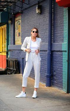 Danielle Bernstein con un traje de rayitas, lista para el verano: | 19 Mujeres que se ven mejor que los hombres en trajes