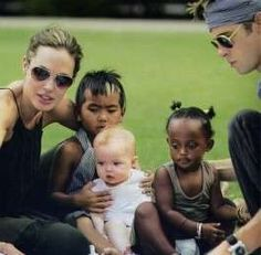 Angelina Jolie and Brad Pitt with their son Maddox and daughters Shiloh & Zahara. Angelina Jolie Children, Brad And Angelina, Brad Pitt And Angelina Jolie, Jolie Pitt, Beautiful Family, Beautiful Children, Shiloh Jolie, Brad And Angie, Serge Gainsbourg