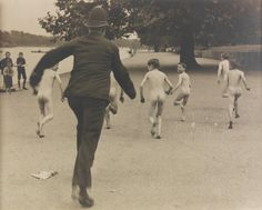 """""""English cop chasing nude kids in a Hyde Park"""" England - London, 1923 Edward Weston, Vintage London, Old London, Vintage Photographs, Vintage Photos, Hyde Park London, Famous Pictures, London History, Steve Mccurry"""