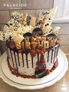 Marbled drip cake with dulce de leche. Cookies and Creme Chantilly. Drip Cakes, Oreo, Birthday Cake, Cookies, Pastries, Sweet, Desserts, Food, Whipped Cream