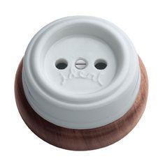 Enchufe de porcelana y madera rústico