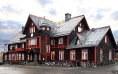 Fasaden - tjära. Järnvägsstationen i Vännäs