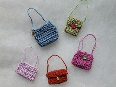 Miniature crochet handbags / Malas miniatura em crochet by Cards By Paula, via Flickr
