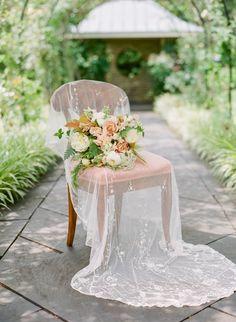 Peach and ivory wedding bouquet | Photography: Jodi & Kurt