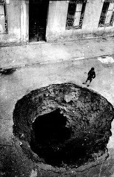 El terra després de caure una bomba a Eibar.