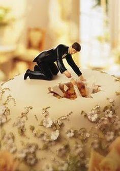 funny weddig cake toppers wife fell through the cake' | Noivinhos um tanto diferentes para bolos de casamento | Insoonia