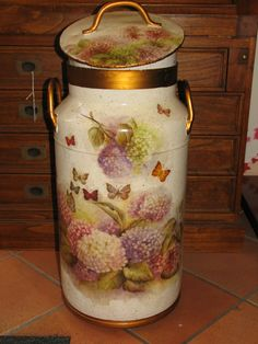 Shabby Chic Kitchen Accessories, Decorative Accessories, Decoupage Art, Decoupage Vintage, Tin Can Crafts, Metal Crafts, Milk Can Decor, Painted Milk Cans, Old Milk Cans