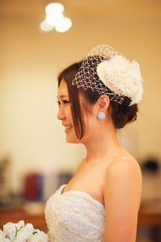 ヒルトン東京ベイにてご結婚式 トップスはフランス製のビーディングレース、 スカートはボリュームのあるイタリーシルクチュールを幾重にも重ねたのウェディングドレス。 適度なハリ感のあるシルクチュールを使用しているため、動きが出て、立体感が生まれます。 イタリーシルクチュールの透明感は、スポットライトや自然光との相性も良く、 華やかな披露宴にぴったりです。 ♪ アーネラクロージングオリジナルのプリザーブドフラワー&チュールのヘッドドレスがとってもお似合いです! おしゃれな花嫁様におすすめのコーディネート♪