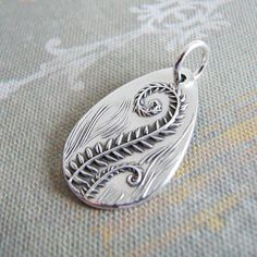 Inspiriert durch die eleganten und immer schön Farnwedel Fern. Gepresst in recycelten Feinsilber aus meinem ursprünglichen Block-schnitzen. Der feine silberne Anhänger (99,9 % reines Silber) befasst sich mit 5/8 x 1 mit einem robusten Pfund Sterling Ring. Der Anhänger wird mit einer Leder-Halskette als Beispiel gezeigt. Die Halskette ist nicht enthalten, sondern ist separat erhältlich. Mehr über wie ich Silber Kunst Schmuck und die Qualitäten meiner Arbeit erstellen finden Sie mein...