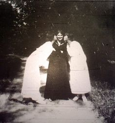 Marie and Anastasia -- who is the lady in the middle?  1917